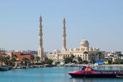 Hurghada, Ägypten, am 21. Juli 2014 Boote im Hafen nahe bei dem Fischmarkt und der zentralen Moschee von Hurghada Stockfotos