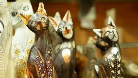 HURGHADA, ÄGYPTEN - 24. OKTOBER 2018: Nahaufnahme, verschiedene Andenken machte vom Stein, vom Holz, vom Glas und vom Metall, im  stock video footage