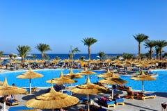 HURGHADA, ÄGYPTEN - 14. OKTOBER 2013: Nicht identifizierte Leute schwimmen und nehmen im Swimmingpool an einem tropischen Luxuser Stockbild