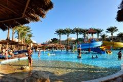 HURGHADA, ÄGYPTEN - 14. OKTOBER 2013: Nicht identifizierte Leute schwimmen und nehmen im Swimmingpool an einem tropischen Luxuser Lizenzfreie Stockbilder