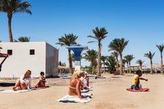 Hurghada, Ägypten - 9. Oktober 2016 Touristen auf dem Animation yo Lizenzfreies Stockfoto