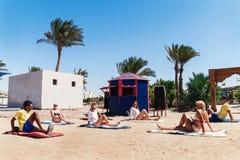 Hurghada, Ägypten - 9. Oktober 2016 Touristen auf dem Animationsyoga Lizenzfreie Stockfotografie