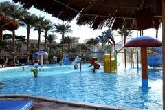 HURGHADA, ΑΙΓΥΠΤΟΣ - 14 ΟΚΤΩΒΡΊΟΥ 2013: Οι μη αναγνωρισμένοι άνθρωποι κολυμπούν και κάνουν ηλιοθεραπεία στην πισίνα σε ένα τροπικ Στοκ Φωτογραφία