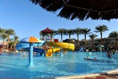 HURGHADA, ΑΙΓΥΠΤΟΣ - 14 ΟΚΤΩΒΡΊΟΥ 2013: Οι μη αναγνωρισμένοι άνθρωποι κολυμπούν και κάνουν ηλιοθεραπεία στην πισίνα σε ένα τροπικ Στοκ Εικόνες