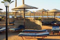 Hurghada Αίγυπτος 26 Δεκεμβρίου 2014: Κενή παραλία στο θέρετρο της Αραβίας σε Hurghada Θερινές αιώρες και σαλόνια μονίππων στοκ φωτογραφίες