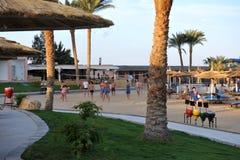 HURGHADA, ЕГИПЕТ - 14-ОЕ ОКТЯБРЯ 2013: Неопознанные люди играя волейбол на пляжном комплексе Hurghada Египет Стоковые Изображения