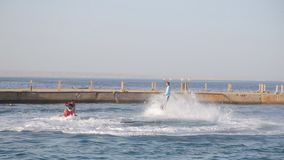 Hurghada Egipt, Czerwiec, - 3, 2019: Mężczyzna na Flyboard wykonuje z powrotem trzepnięcie nad Czerwony morze zdjęcie wideo