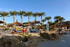 HURGHADA EGIPT, PAŹDZIERNIK, - 14, 2013: Niezidentyfikowani ludzie pływają i sunbathe w pływackim basenie przy luksusowym tropika Zdjęcia Stock