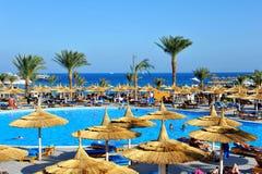HURGHADA EGIPT, PAŹDZIERNIK, - 14, 2013: Niezidentyfikowani ludzie pływają i sunbathe w pływackim basenie przy luksusowym tropika Zdjęcie Stock