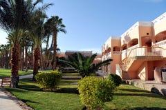 HURGHADA EGIPT, PAŹDZIERNIK, - 14, 2013: Tropikalny luksusowy hotel w kurorcie na Czerwonego morza plaży plażowi Egypt hurghada l Zdjęcie Stock
