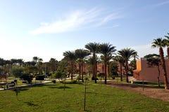 HURGHADA EGIPT, PAŹDZIERNIK, - 14, 2013: Tropikalny luksusowy hotel w kurorcie na Czerwonego morza plaży plażowi Egypt hurghada l Obrazy Stock