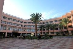 HURGHADA EGIPT, PAŹDZIERNIK, - 14, 2013: Tropikalny luksusowy hotel w kurorcie na Czerwonego morza plaży plażowi Egypt hurghada l Obraz Stock