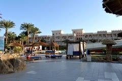 HURGHADA EGIPT, PAŹDZIERNIK, - 14, 2013: Tropikalny luksusowy hotel w kurorcie na Czerwonego morza plaży plażowi Egypt hurghada l Zdjęcia Stock