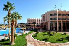 HURGHADA EGIPT, PAŹDZIERNIK, - 14, 2013: Tropikalny luksusowy hotel w kurorcie na Czerwonego morza plaży plażowi Egypt hurghada l Obrazy Royalty Free