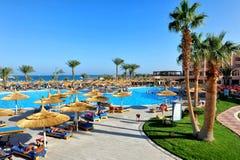 HURGHADA EGIPT, PAŹDZIERNIK, - 14, 2013: Turyści są na wakacje przy popularnym hotelem w Hurghada, Egipt Fotografia Royalty Free