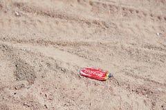 Hurghada, Egipt -20 2016 Sierpień: Zmięte koka-kola puszki przy piaskiem Obraz Stock