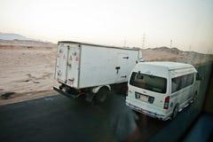 Hurghada, Egipto -20 agosto de 2016: Mudanza encendido de los coches del egipcio de la carretera Foto de archivo