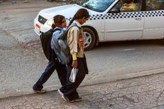 HURGHADA, EGIPTO 22 DE FEVEREIRO DE 2010: Alunos egípcios não identificados Fotos de Stock Royalty Free