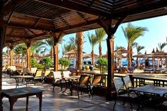 HURGHADA, EGIPTO - 14 DE OCTUBRE DE 2013: Hotel turístico de lujo tropical en la playa del Mar Rojo Hurghada, Egipto Foto de archivo