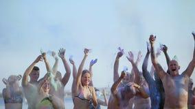 Hurghada, Egipto - 24 de octubre de 2018: hotel Prima Life La gente en bañadores, se divierte con el polvo seco del color, en almacen de video