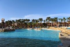 HURGHADA, EGIPTO - 14 DE OUTUBRO DE 2013: Os povos não identificados nadam e tomam sol na piscina em um recurso tropical luxuoso  Fotografia de Stock