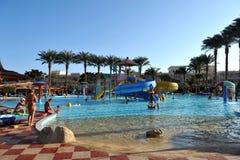 HURGHADA, EGITTO - 14 OTTOBRE 2013: La gente non identificata nuota e prende il sole nella piscina ad una località di soggiorno t Immagine Stock