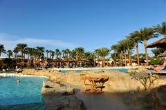 HURGHADA, EGITTO - 14 OTTOBRE 2013: La gente non identificata nuota e prende il sole nella piscina ad una località di soggiorno t Fotografia Stock