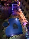 HURGHADA, EGYPT-DEKABR 20: Nachtansicht des terr Hotel Königs Tut Lizenzfreies Stockfoto
