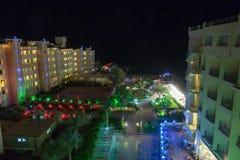 HURGHADA, EGYPT-DEKABR 20: Nachtansicht des terr Hotel Königs Tut Lizenzfreie Stockfotografie