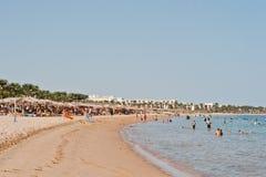 Hurghada, Egypte -20 en août 2016 : Plage avec des personnes dans la station de vacances Photo libre de droits