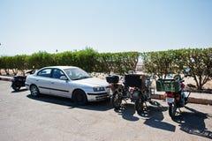 Hurghada, Egypte -20 en août 2016 : Voiture et motos avec l'Egypte Image libre de droits