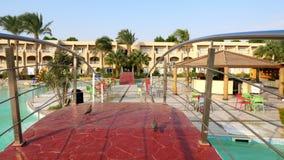 Hurghada, Egypte - 24 octobre 2018 : hôtel Prima Life beau pont rouge au-dessus de la piscine à l'hôtel pigeons clips vidéos