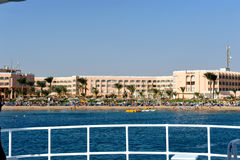 HURGHADA, EGYPTE - OKTOBER 17, 2013: Het tropische hotel van de luxetoevlucht op Rood Overzees strand Mening van de boot Hurghada Stock Foto's