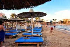 HURGHADA, EGYPTE - OKTOBER 14, 2013: Het zandige strandhoogtepunt van mensen is op de Rode Overzeese kustlijn Het hotel van de lu Royalty-vrije Stock Foto's