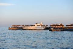 HURGHADA, EGYPTE - OKTOBER 14, 2013: Het zandige strandhoogtepunt van mensen is op de Rode Overzeese kustlijn Het hotel van de lu Stock Fotografie