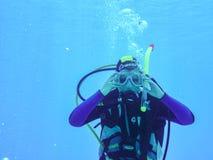 Hurghada Egypten - April 22, 2009 Dykare som visar hur man gör ren maskeringen under vatten under dyk i Röda havet royaltyfri bild