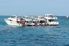 Snorkeling turister och bilar yachter på det röda havet Arkivbild