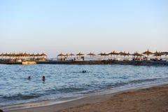 HURGHADA EGYPTEN - OKTOBER 14, 2013: Den sandiga stranden av folk är mycket på Röda havetkustlinjen Hotell för lyxig semesterort  Royaltyfri Fotografi