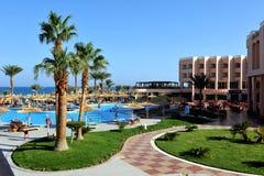 HURGHADA EGYPTEN - OKTOBER 14, 2013: Tropiskt hotell för lyxig semesterort på Röda havetstranden folk för strandegypt hurghada Royaltyfria Foton