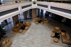 HURGHADA EGYPTEN - OKTOBER 14, 2013: Tropiskt hotell för lyxig semesterort på Röda havetstranden folk för strandegypt hurghada Arkivfoton