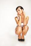 Hurkende brunette Stock Fotografie