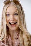 Hurlement blond de femme image stock