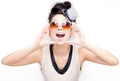 Hurlement chinois heureux génial, bizarre, excited de femme Photographie stock