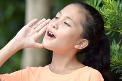Hurlement de l'adolescence de fille de jeune minorit images stock