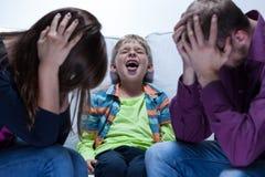 Hurlement du garçon avec des problèmes éducatifs Photo stock