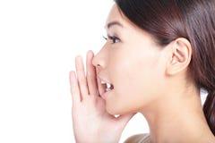Hurlement du plan rapproché de bouche de femme Photographie stock libre de droits