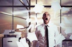 Hurlements d'homme d'affaires soumis à une contrainte Images stock