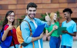 Hurra den latinamerikanska mannen och den caucasian kvinnliga studenten arkivbilder