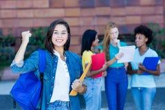 Hurra den spanska kvinnliga studenten med gruppen av studenter royaltyfri fotografi