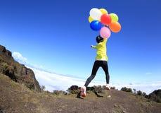 Hurra den unga kvinnan med färgrika ballonger Royaltyfria Foton